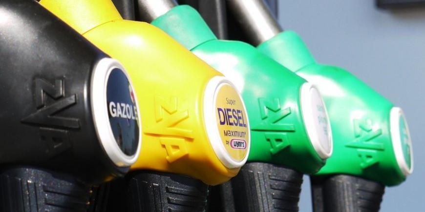 Правительство договорилось с нефтяниками о фиксации цен на бензин