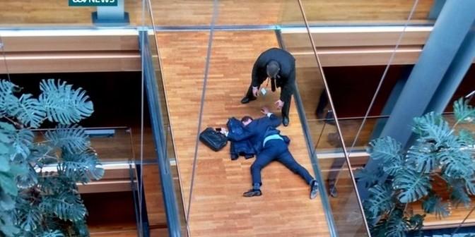 В Европарламенте британский депутат выпал из окна во время драки