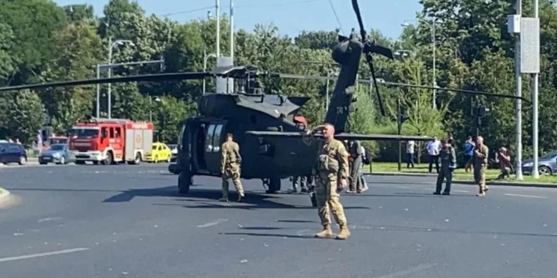 Военный вертолет США снес фонари и приземлился в центре Бухареста