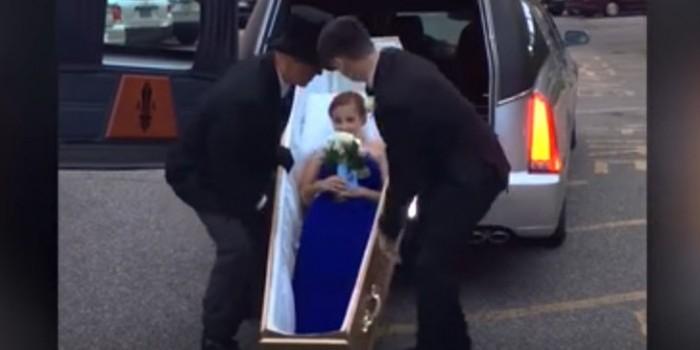Видео дня: американка приехала на выпускной в гробу