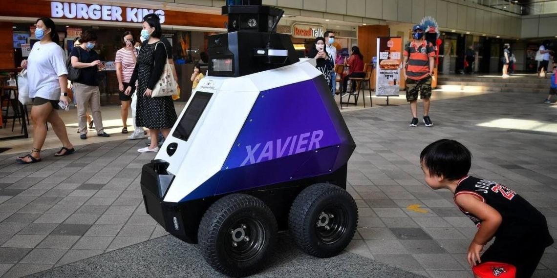 На улицах Сингапура появились роботы, следящие за порядком