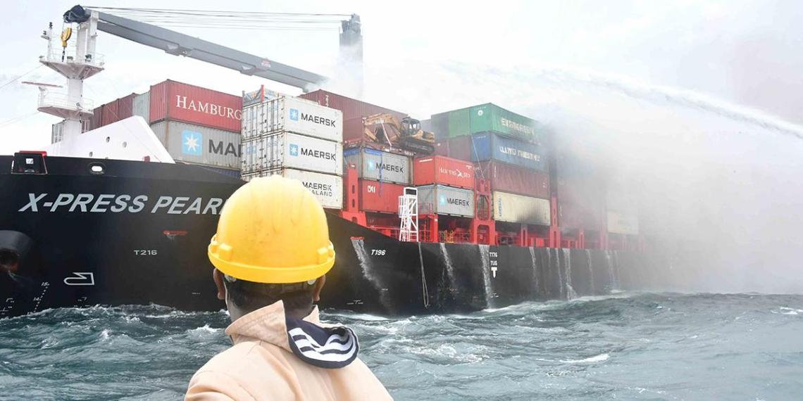 В Индийском океане затонуло судно с десятками тонн химикатов