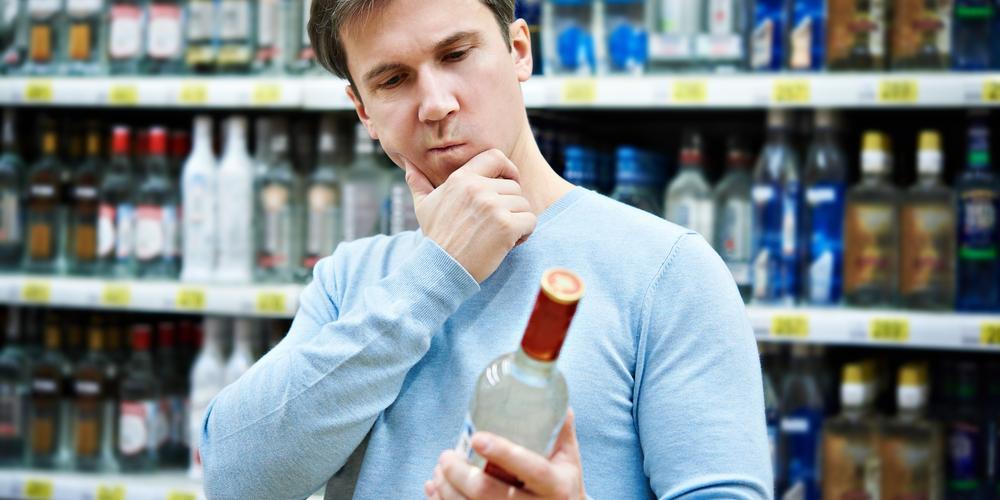 Россиянин залпом выпил бутылку водки в магазине, чтобы не платить за нее