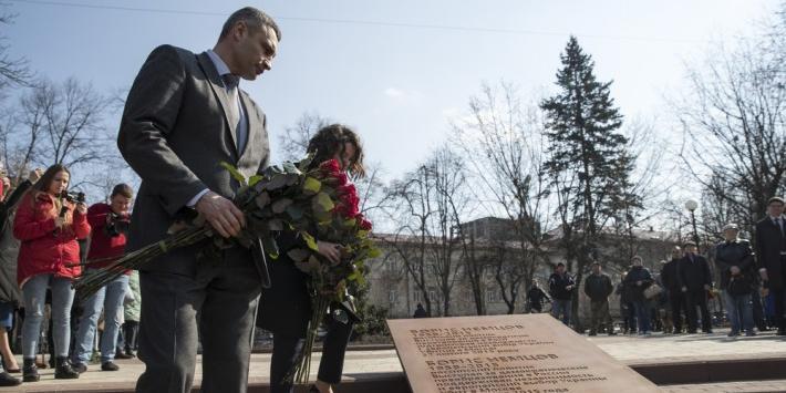 В Киеве возле посольства России открыли сквер имени Немцова