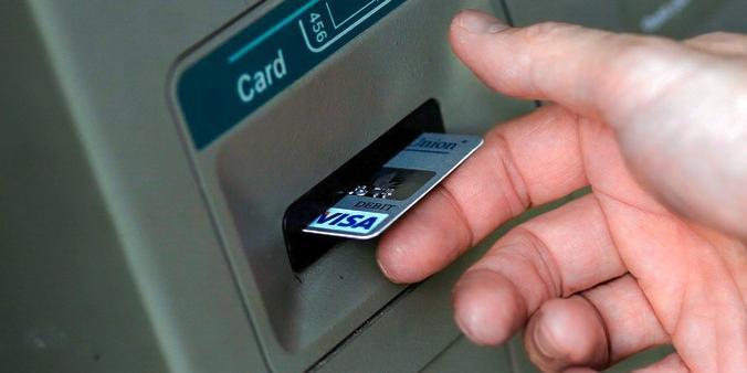 """Сотрудница банка """"оживляла"""" умерших вкладчиков и воровала деньги с их счетов"""
