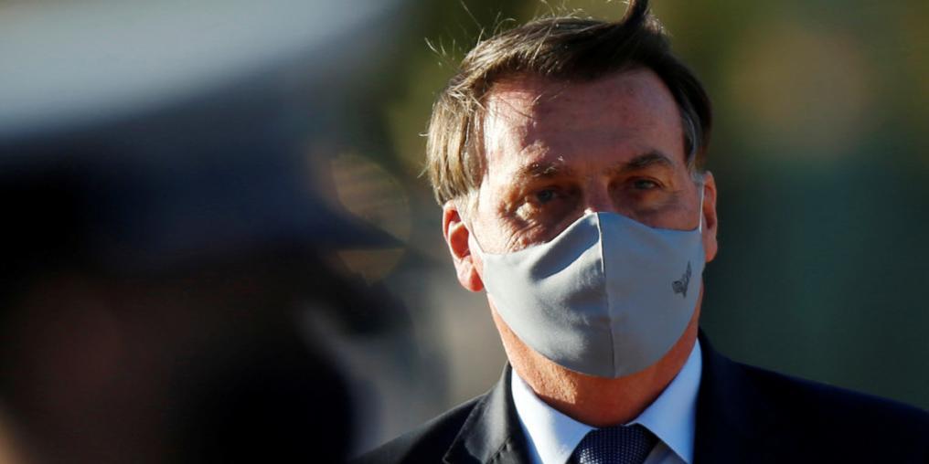 Журналисты подают в суд на президента Бразилии, который похвастался перед ними своим COVID-19