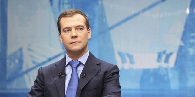 Медведев поручил проработать ответные санкции против украинских авиакомпаний