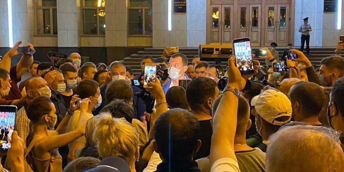 В Хабаровске вышедшего к протестующим Дегтярева проводили аплодисментами