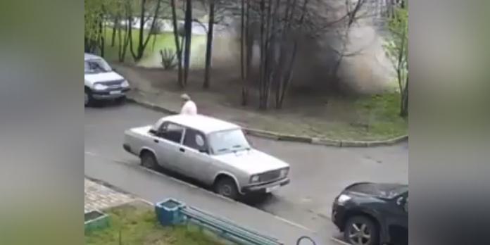 В Барнауле на женщину обрушилась стена воды из-за прорыва водопровода