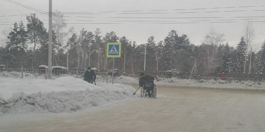Инвалидам-колясочникам пришлось самостоятельно чистить дороги от снега