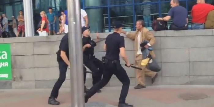"""В Киеве четверо полицейских в течение шести минут пытались задержать бомжа с """"ложкой"""""""