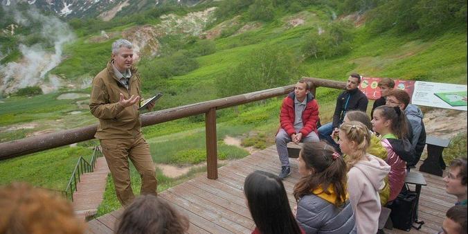 Губернатор Камчатского края провел для молодежи экскурсию в Долине гейзеров