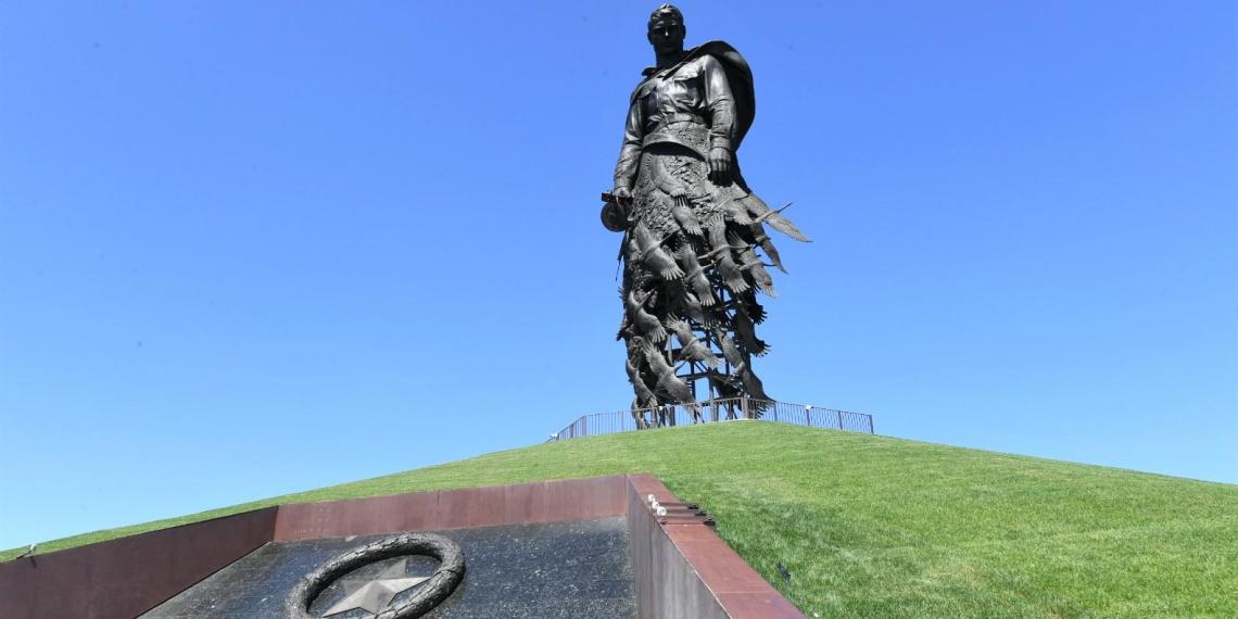 Годовщину освобождения Ржева впервые отметили у мемориала советскому солдату