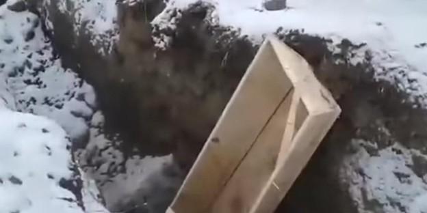 В Кемерове комиссия проверит видео со сваленными в траншею гробами