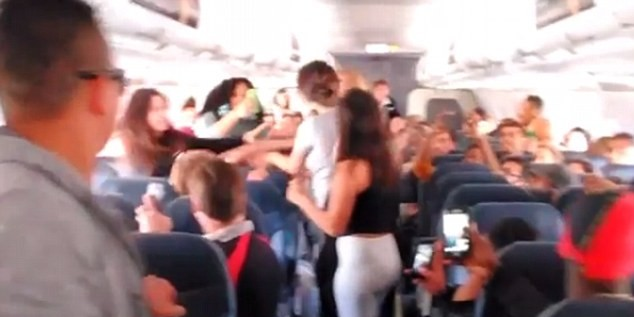 Пять американок подрались на борту самолета из-за громкой музыки