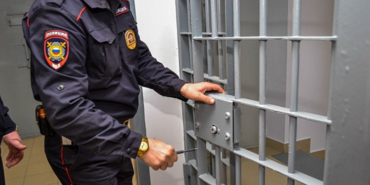 Полицейские стали фигурантами уголовного дела из-за задержанного, опущенного головой в унитаз