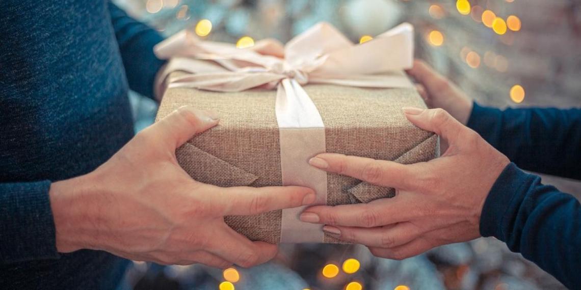 Жители России назвали самые популярные подарки на 8 Марта