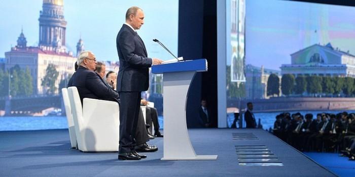 """Путин предложил создать в рамках ПМЭФ молодежную секцию для конструирования """"образа будущего"""""""