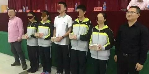 Ученики школы в Китае получили миллионы юаней за пятерки