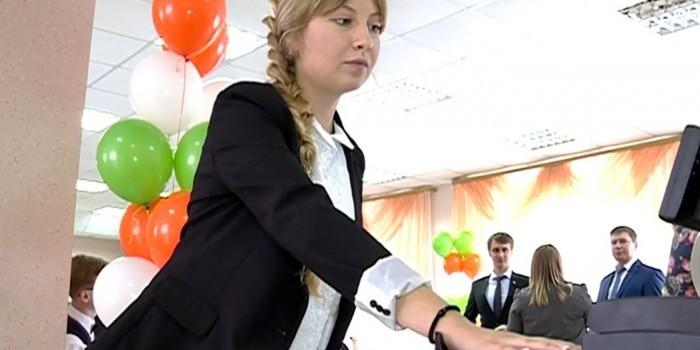 Новосибирские школьники вместо денег оплачивают еду ладошками