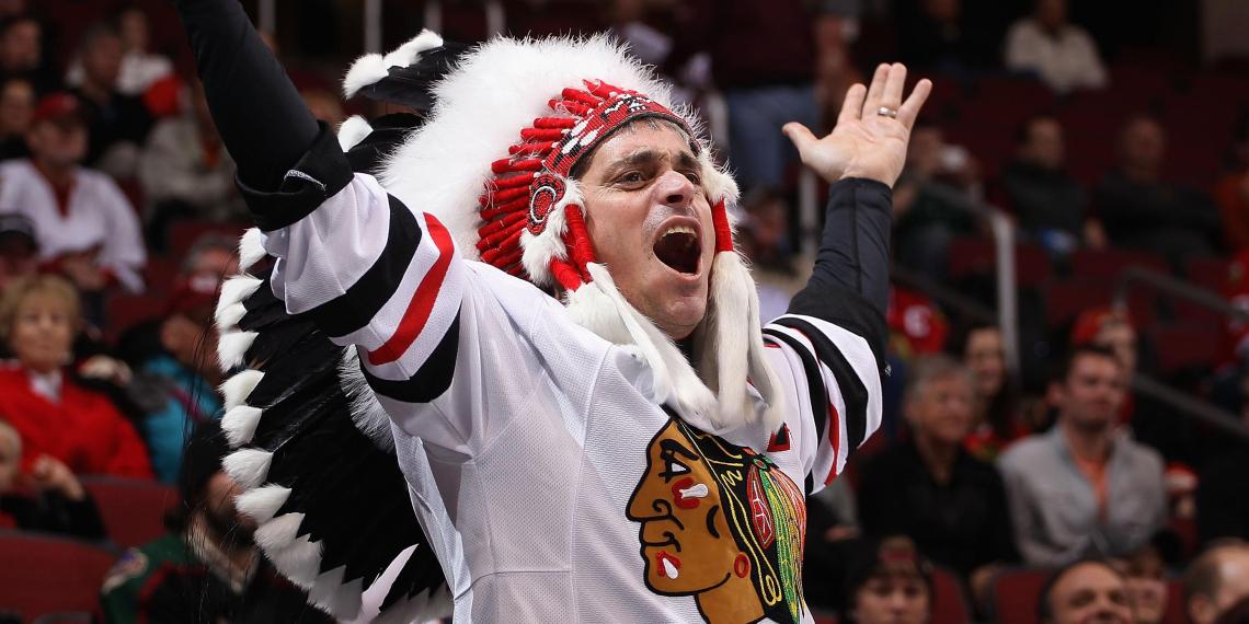 Клуб НХЛ запретил фанатам приходить на матчи с перьями на голове из уважения к индейцам