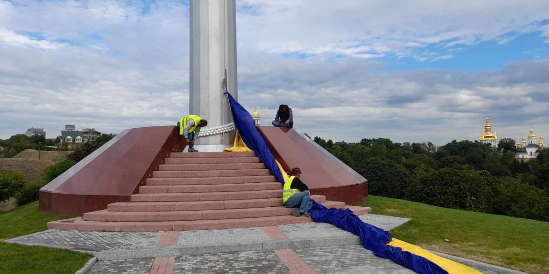 Самый большой флаг Украины порвался через несколько дней после поднятия. Осталось пять запасных