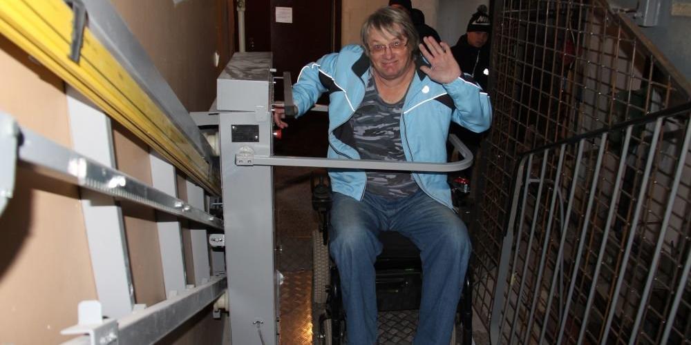 Соседи ветерана-колясочника отказались платить 16 рублей за электроподъемник для него
