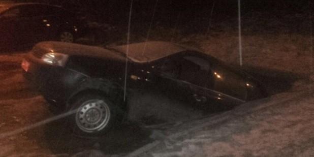 В Уфе припаркованный автомобиль провалился под землю и исчез