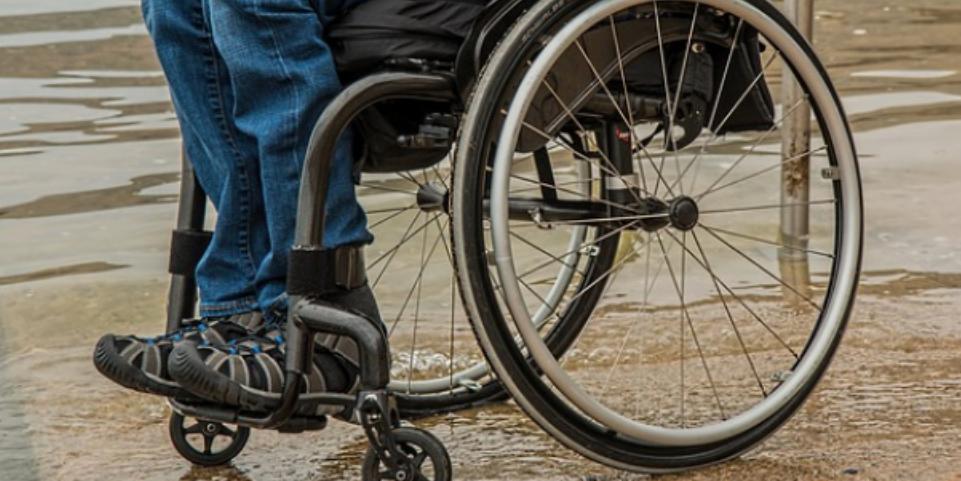 В Москве инвалид-колясочник с канцелярским ножом пытался ограбить прохожего