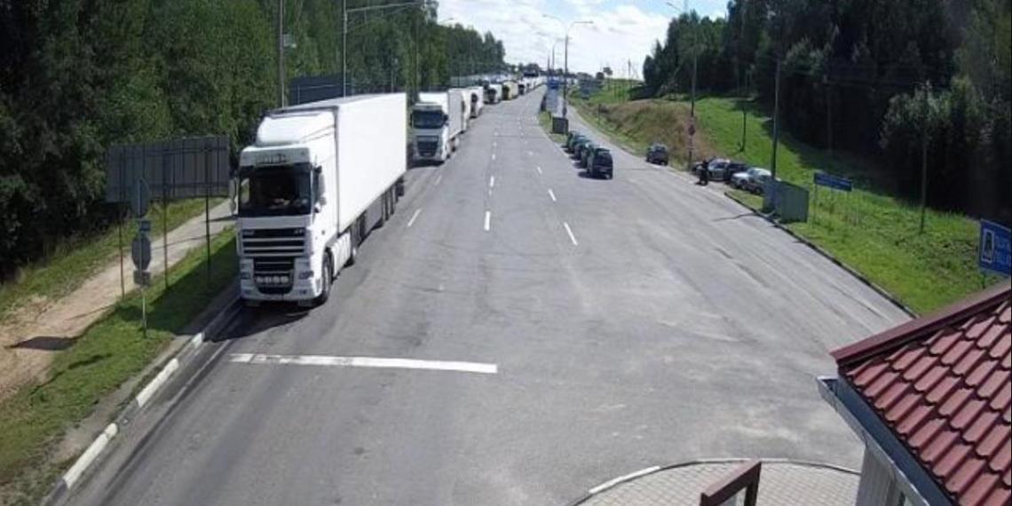 Более 500 фур застряли на границе Белоруссии и ЕС