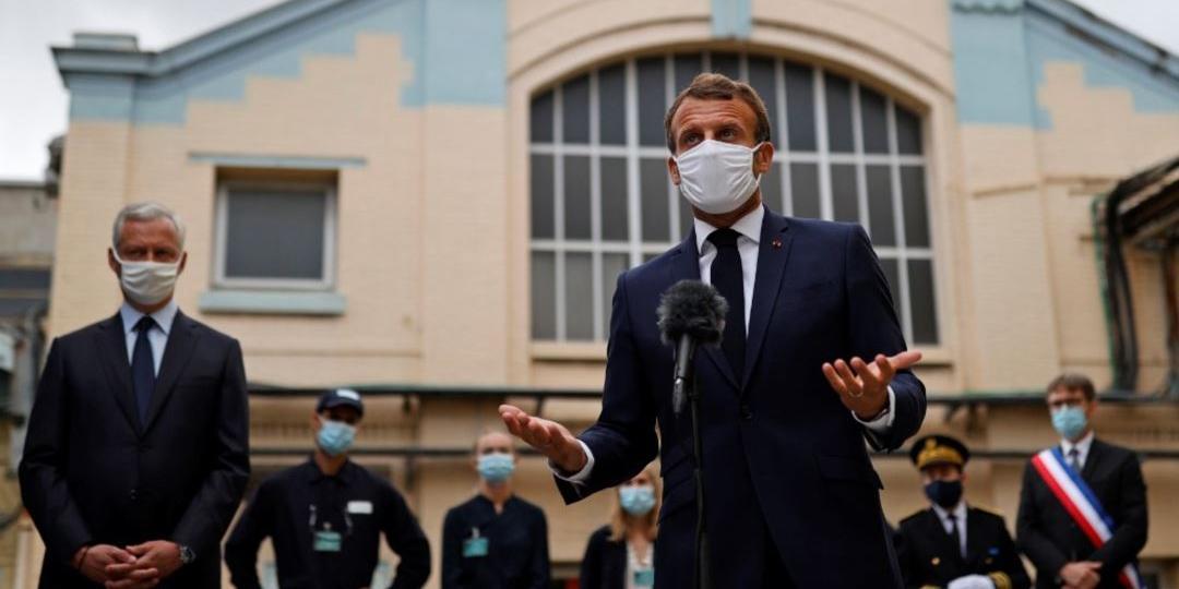 Макрон во время общения со студентами снял маску и откашлялся