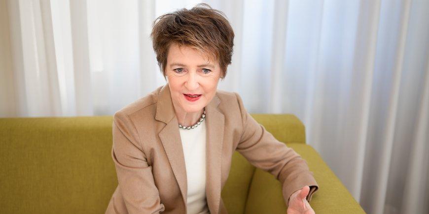 Президент Швейцарии позвала к себе на юбилей родившихся с ней в один день сограждан