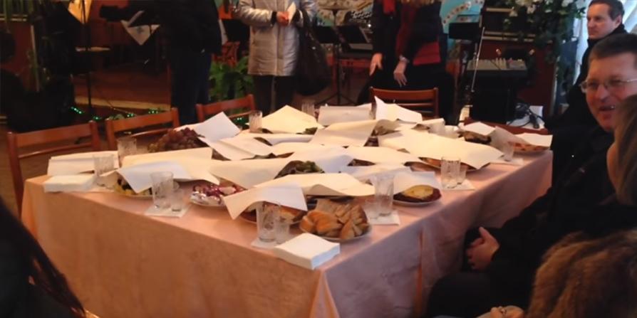 На Украине незрячих инвалидов угостили печеньем, пока чиновники ели красную икру с вином
