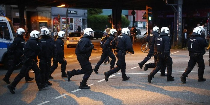 Полиция Гамбурга водометами разогнала митингующих против G20