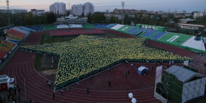В Орле 10 тысяч человек выстроили огромную звезду Героя СССР