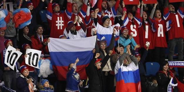 Немка с полицейскими попыталась отобрать флаг у российских болельщиков в Корее