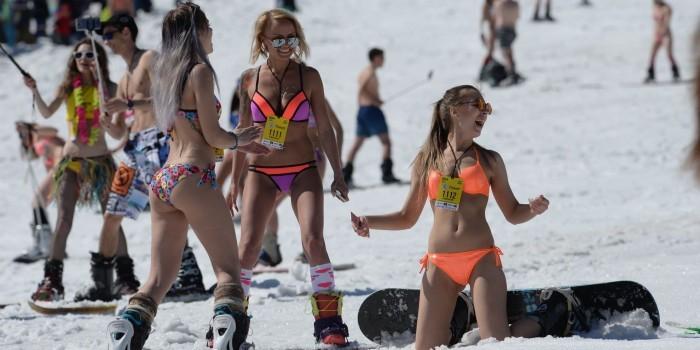 Сотни полуголых девушек установили рекорд по горнолыжному спуску в бикини