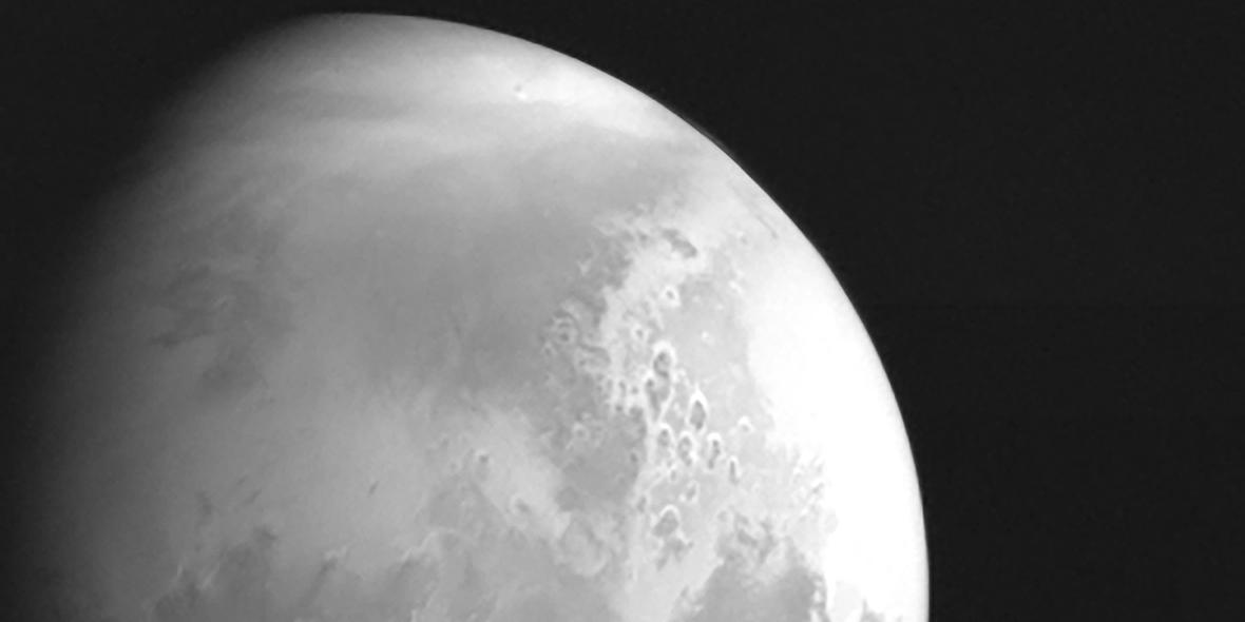 Китайский зонд прислал первое фото Марса