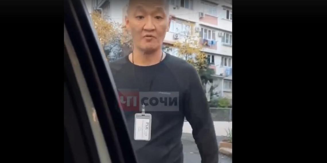 Охранник магазина в Сочи разбил машину покупателя за отсутствие маски