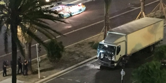 Теракт во Франции: грузовик врезался в толпу в Ницце, десятки убитых