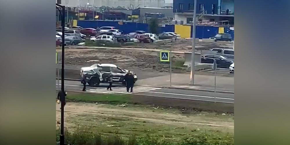 В Петербурге засняли нападение тренера-лихача на женщину с детьми, сделавшую ему замечание за нарушение ПДД