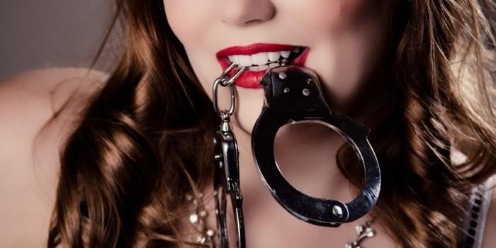 Женщина-полицейский уволилась из-за опубликованных в сети развратных фото