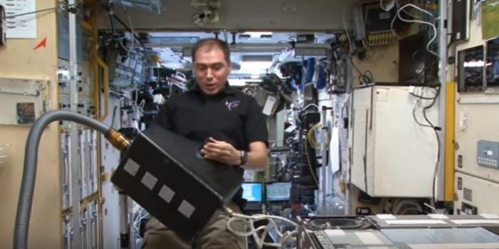 Российский космонавт показал, как пылесосят на МКС в невесомости