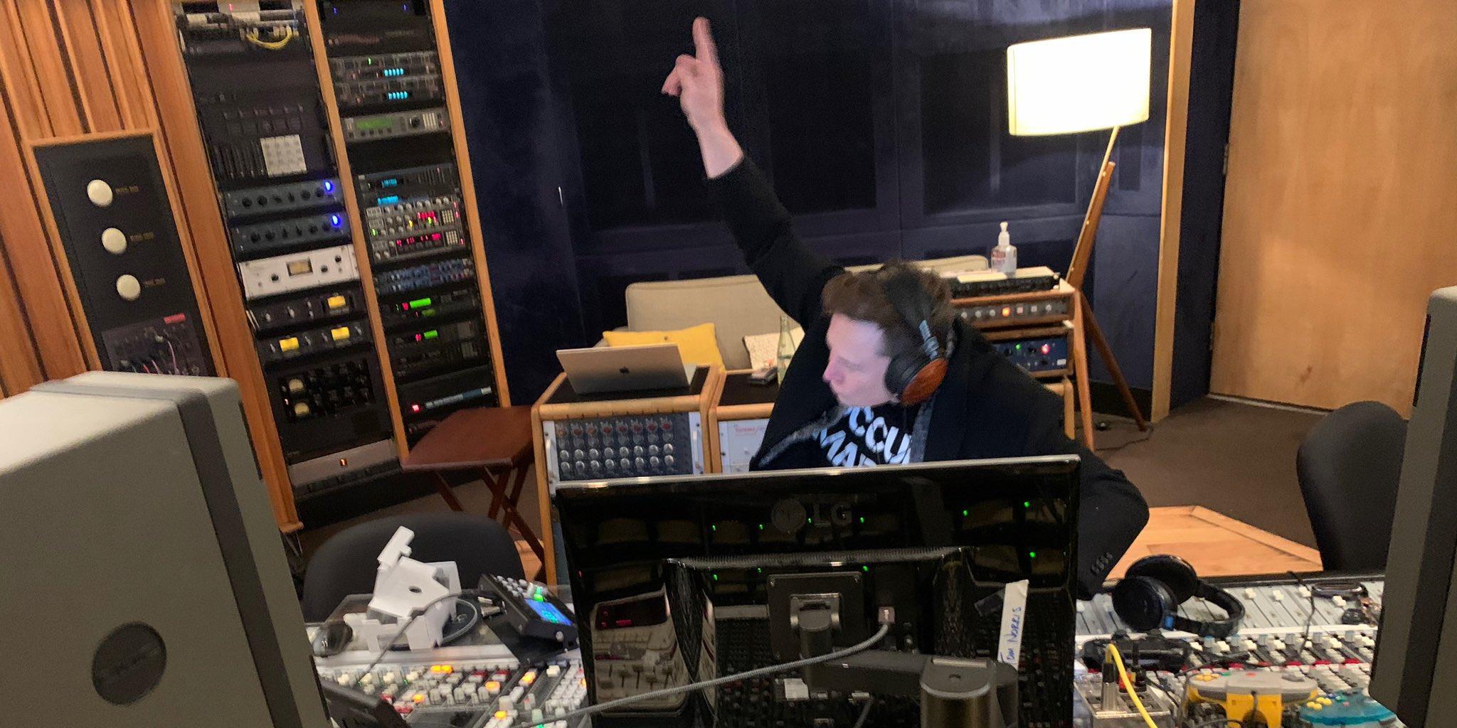 Илон Маск спел в своем первом танцевальном хите