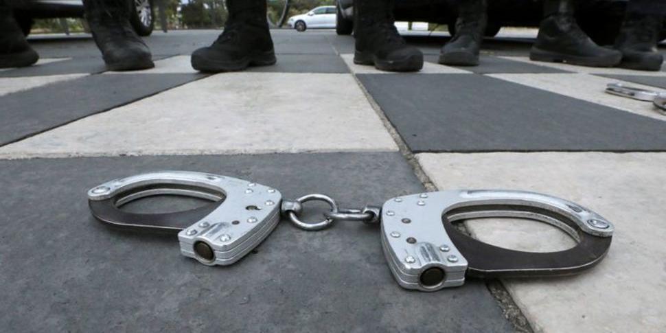 Французские полицейские выбрасывают наручники, протестуя против обвинений в расизме