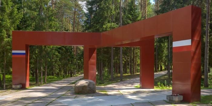 МИД Польши возмутился табличками с именами красноармейцев в Катыни