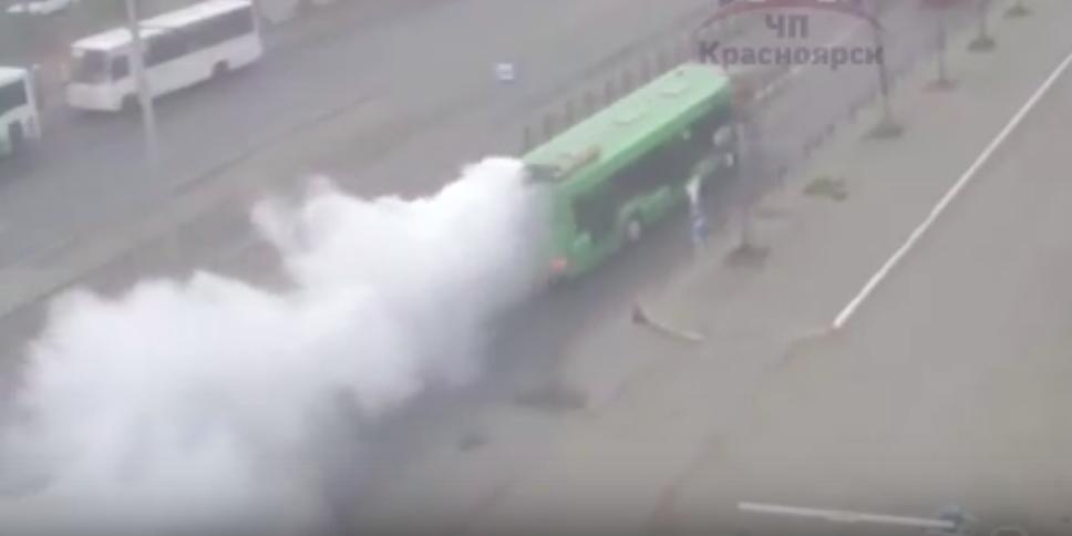 В центре Красноярска задымился автобус с пассажирами