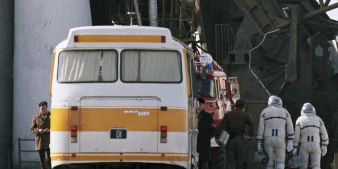 Новый скафандр вновь позволит российским космонавтам мочиться на колесо автобуса