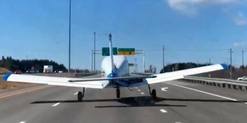 В Канаде самолет аварийно сел на трассу