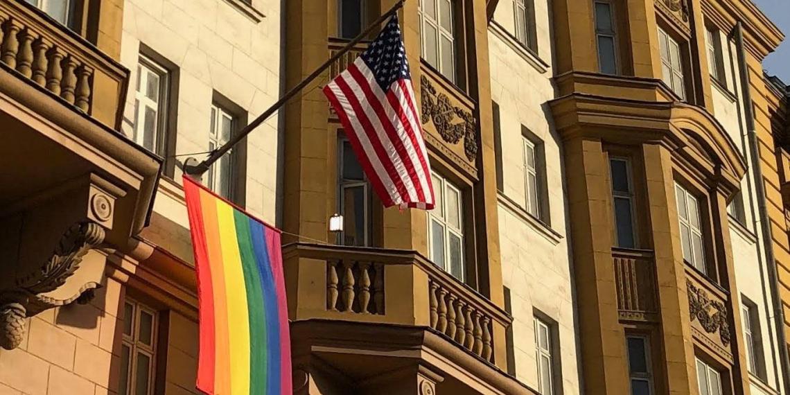 """Россия ответила на флаг ЛГБТ посольства США гимном """"Голубой устрицы"""""""